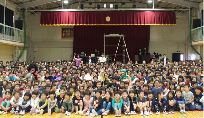 東京都中野区立桃園第二小学校では、1年生から6年生までの全校児童の334名の生徒が演劇を鑑賞しました。